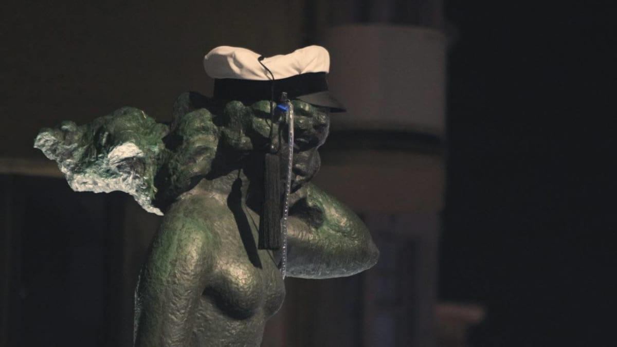 suomen neito patsas yöllä