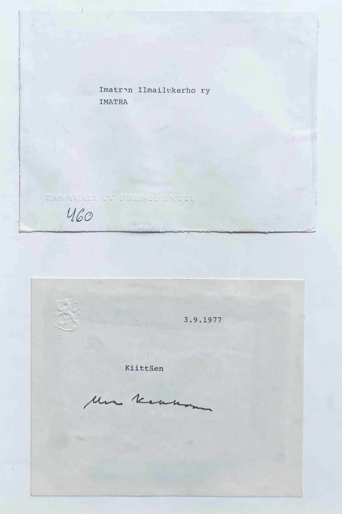 """Kirjoituskoneella kirjoitetussa kirjeessä on valtion vesieleima, päiväys 3.9.1977 sekä teksti """"Kiittäen"""" ja Urho Kekkosen allekirjoitus"""