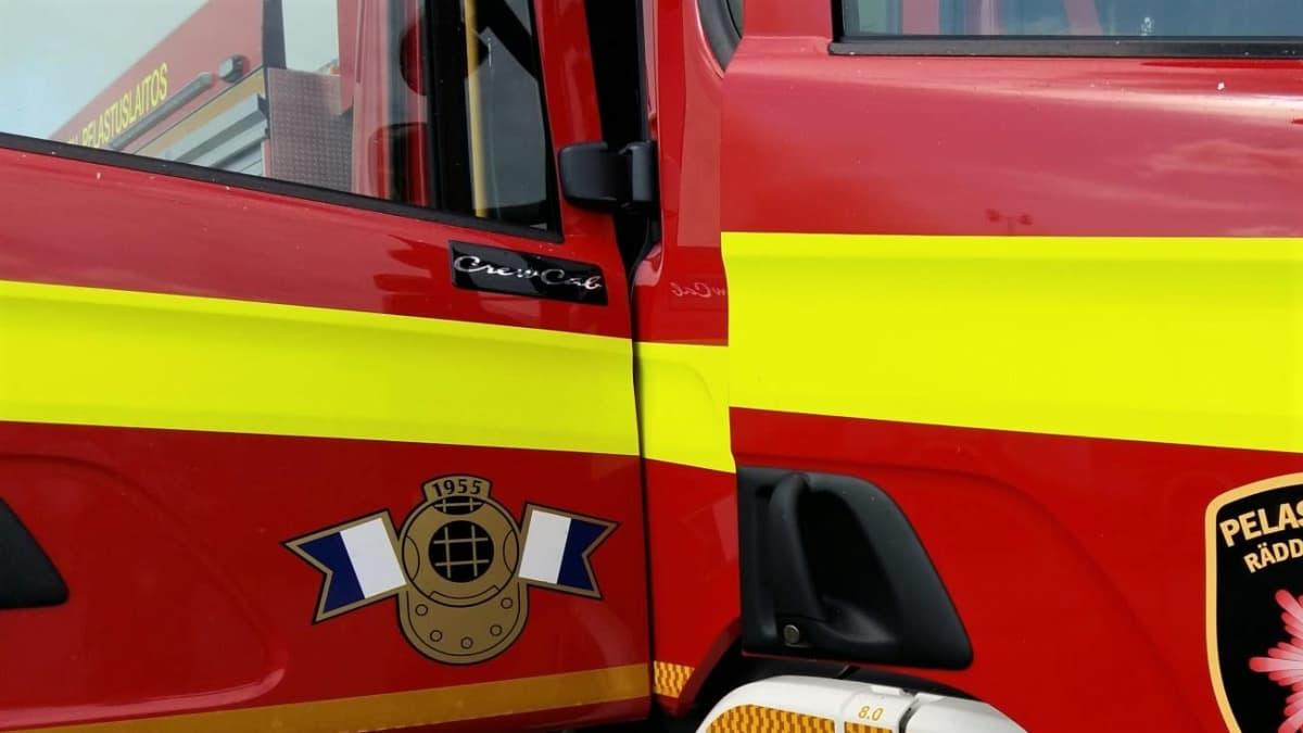 paloauto pelastuslaitoksen edustalla
