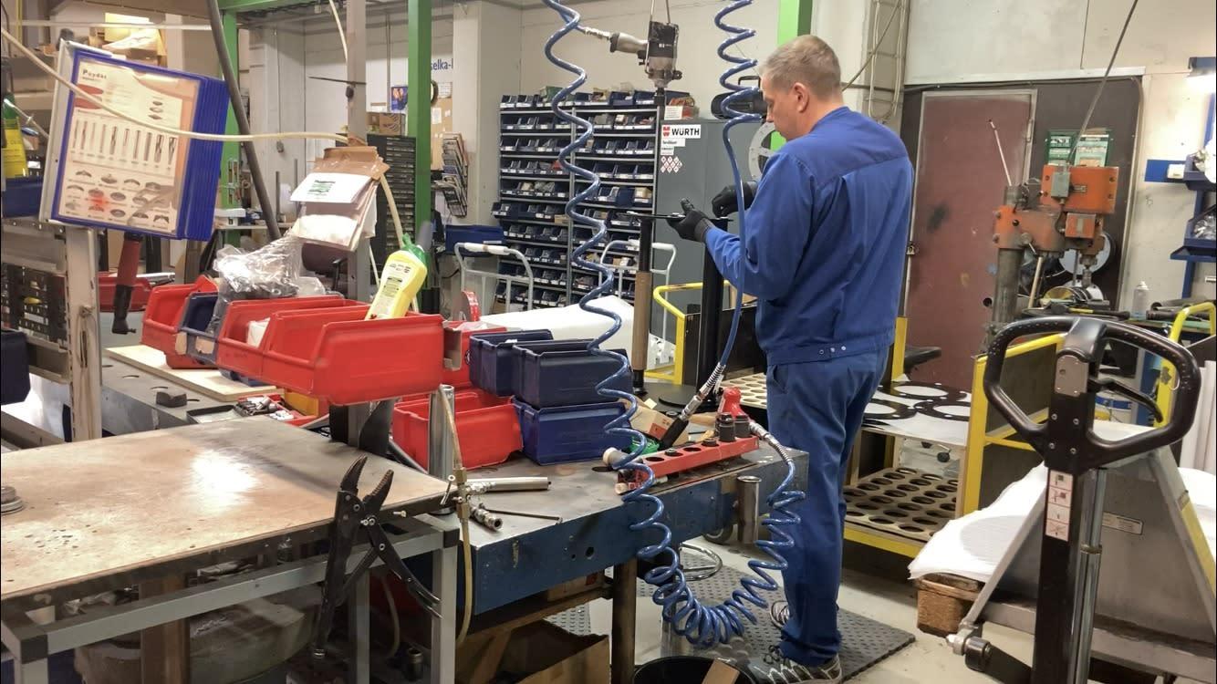 Selka Oy:n tehtaalla valmistuu etätöihin suunniteltuja työpöytiä