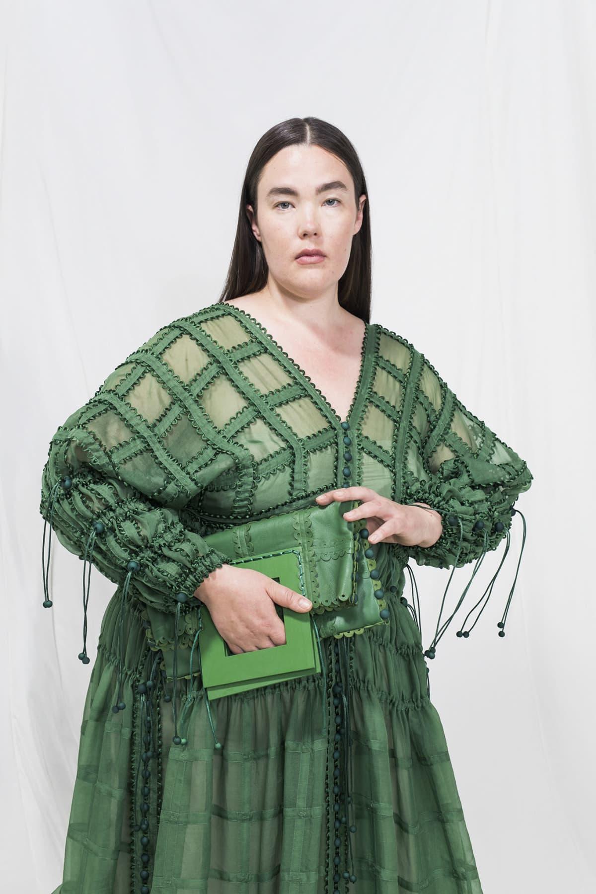 Vihreä muotiluomus naismallin yllä.