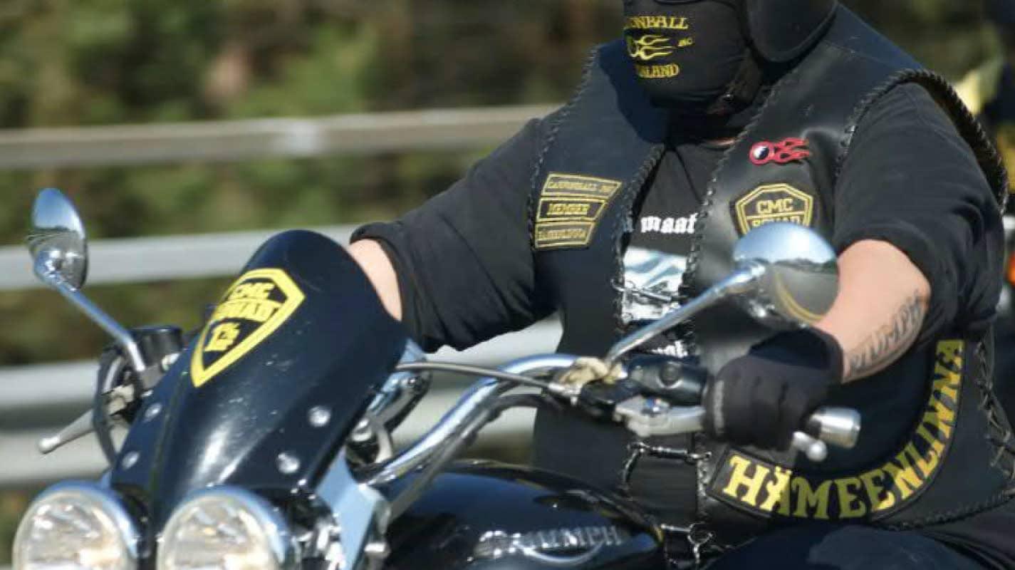 Liivejä käyttävä henkilö ajamassa moottoripyörällä.