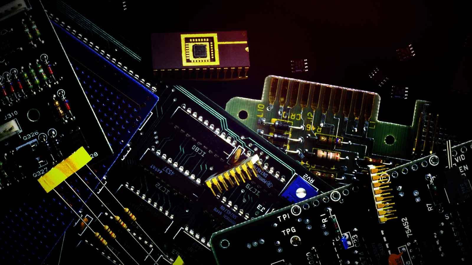 elektronisia komponentteja