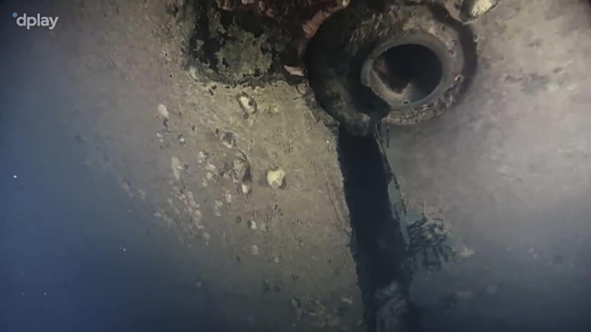 Hål i Estonia skrov på video som spelats in med hjälp av en undervattensrobot.