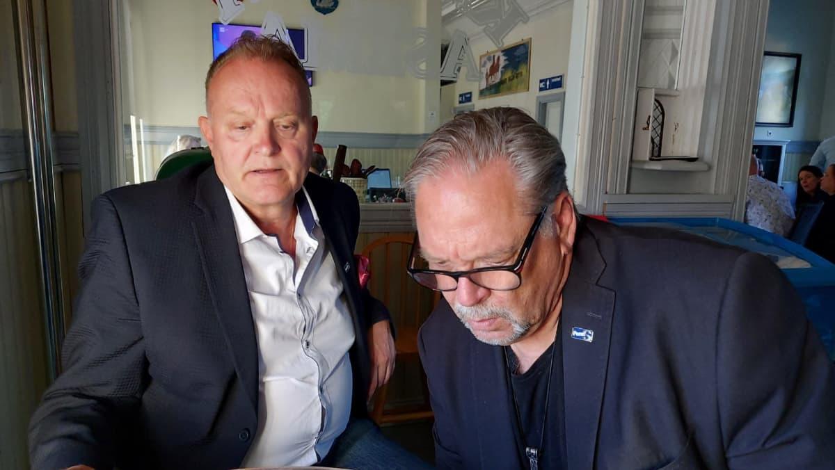 Antti Olkinuora ja Tapio Äyräinen tutkivat ääntenlaskennan etenemistä.