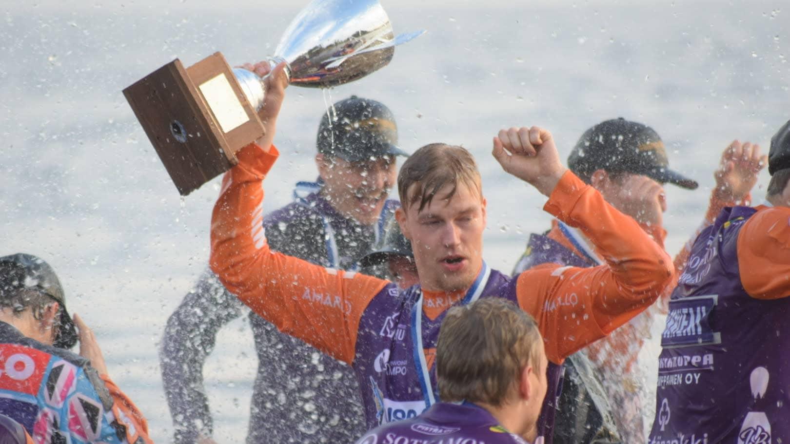 Niko Korhonen Sapso-järvessä 2020 mestaruuden jälkeen