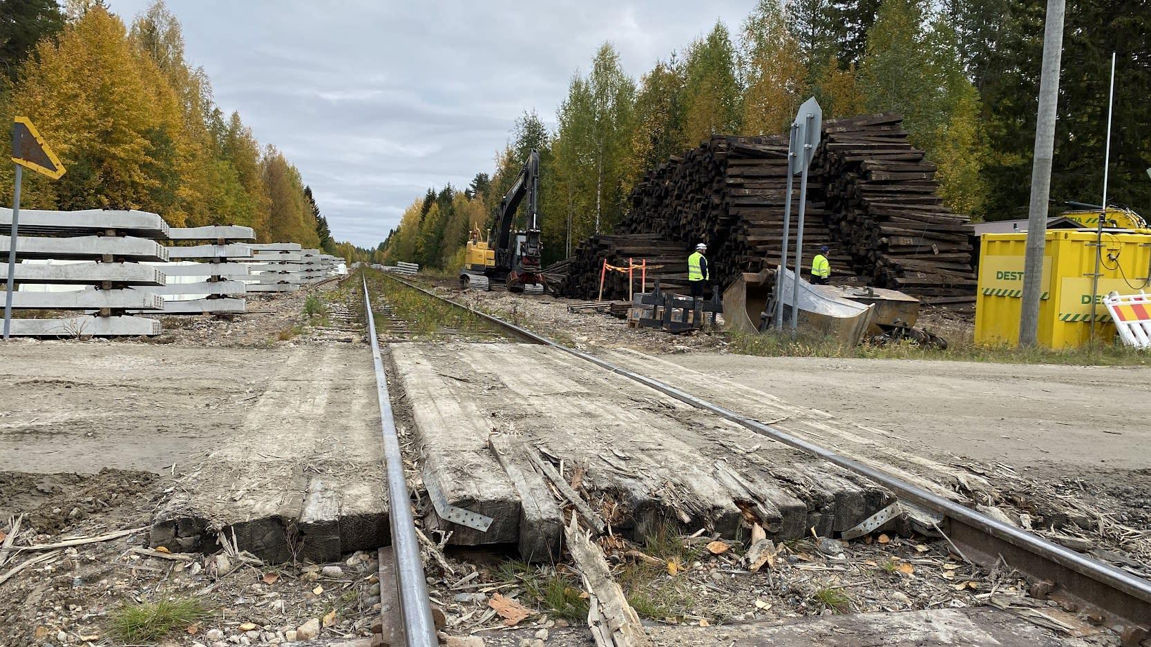 Rautatien ylittävä kulkutien puut ovat rikki, kuvan takana on rautatie.