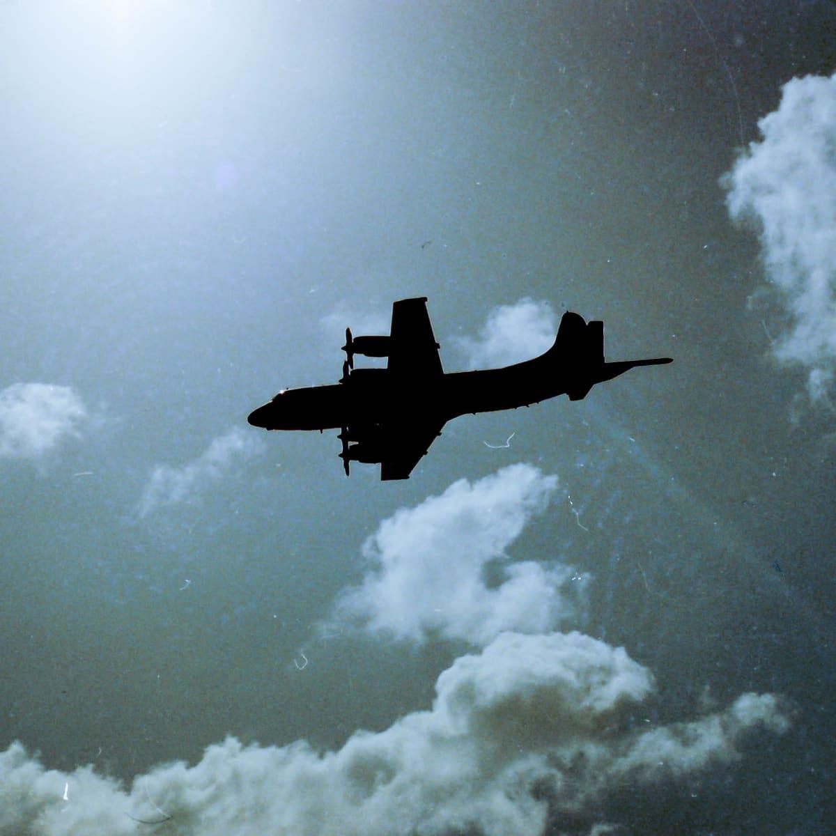 Lockheed P-3 Orion -lentokone suorittamassa valvonta- ja kuvauslentoa.