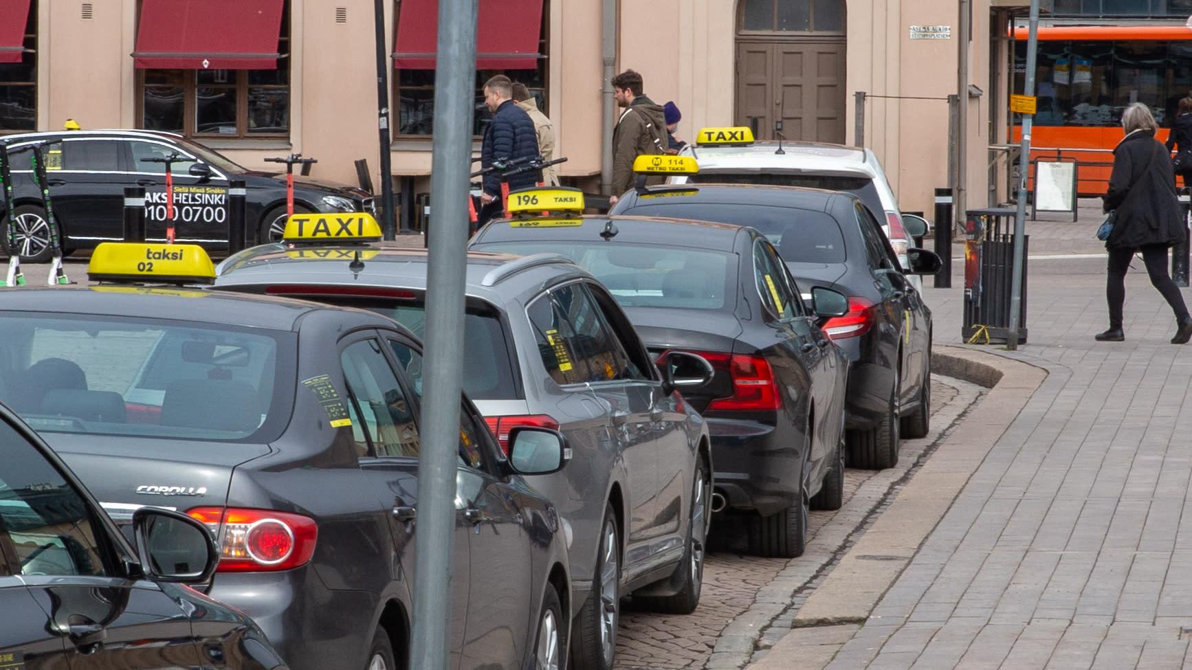 Takseja elielin aukion taksitolpalla.
