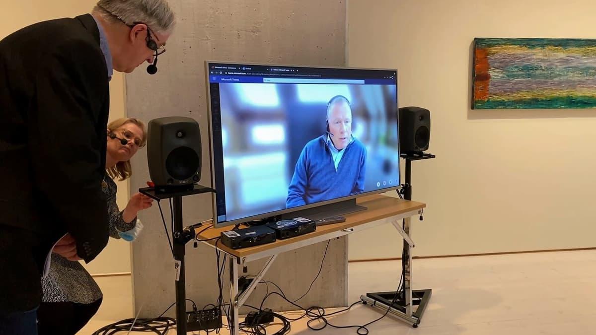 Norjalainen miljonääri Nicolai Tangen on kuvaruudussa puhumassa ja Timo Valjakka ja Jenny Valli seuraavat puhetta