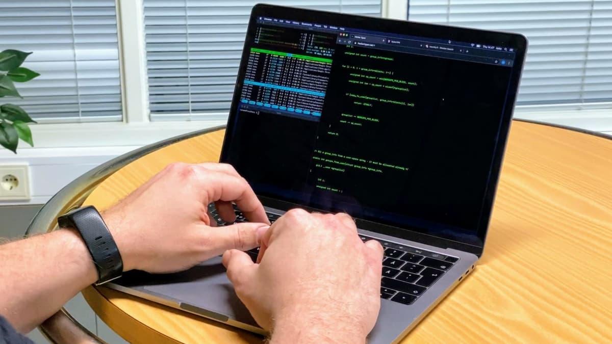 Miehen kädet tietokoneen näppäimistöllä