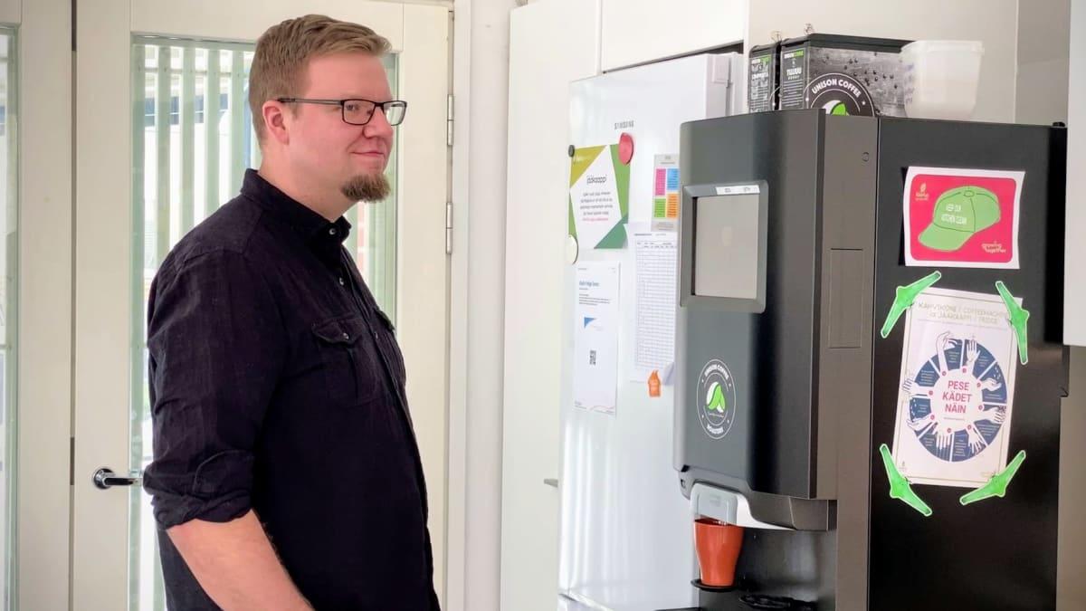KyberVPK:n Mikko Kenttälä hakee kahvia automaatista