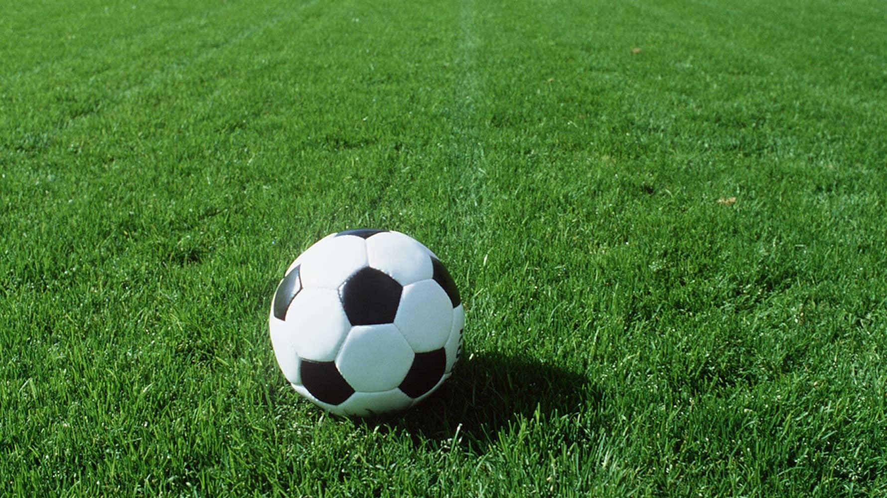 Jalkapallo ruohokentällä.