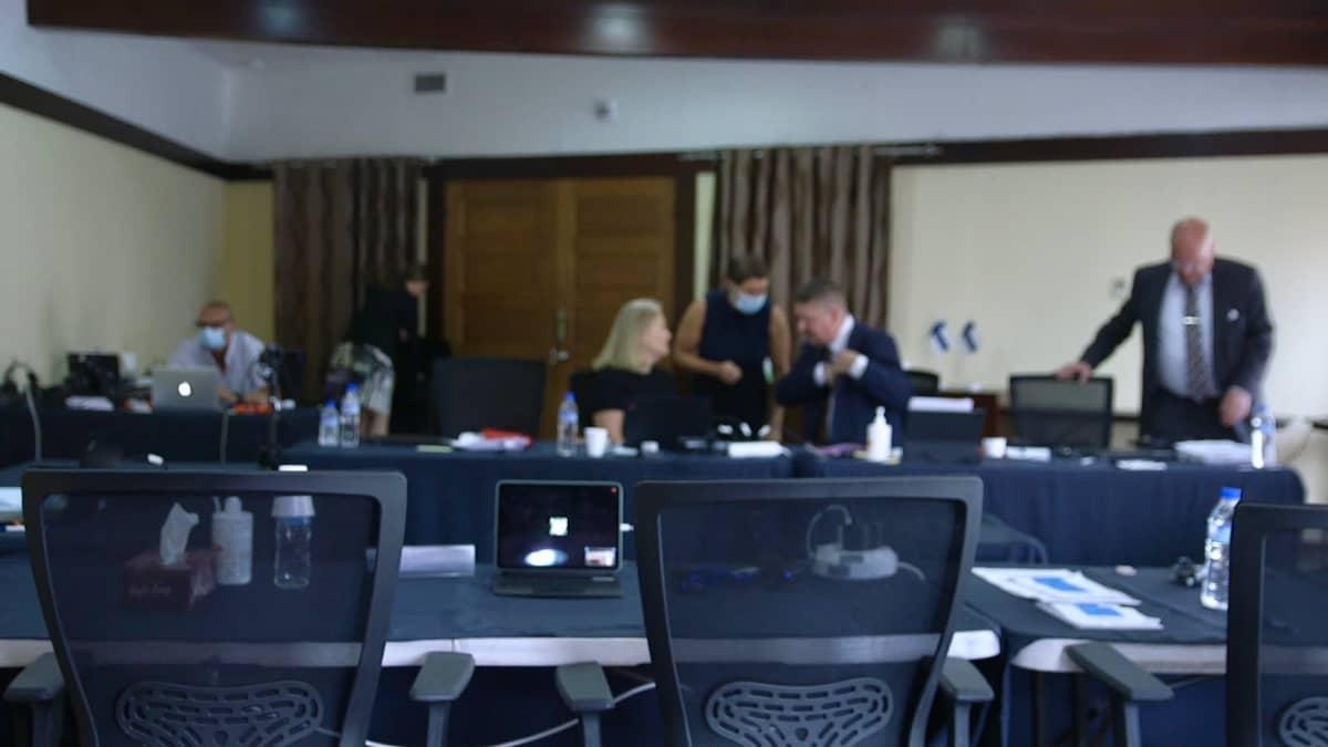 Pirkanmaan käräjäoikeudesta paikalla on neljä tuomaria, sen lisäksi kaksi syyttäjää, puolustuksen asianajaja ja Keskusrikospoliisin poliiseja.