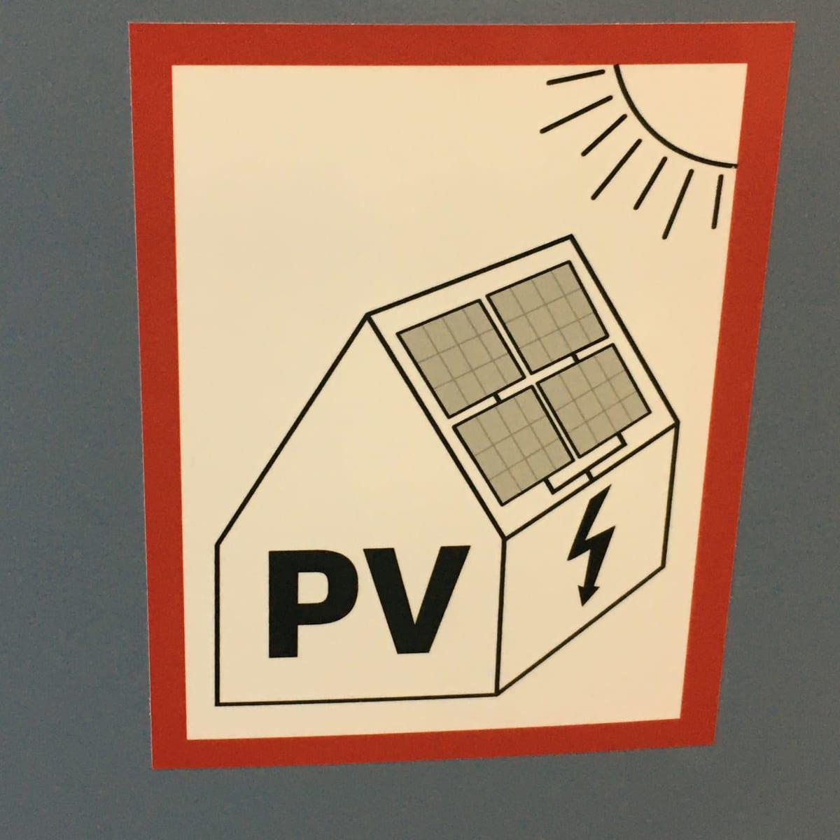 Kuvassa aurinkoenergiasta kertova tarra