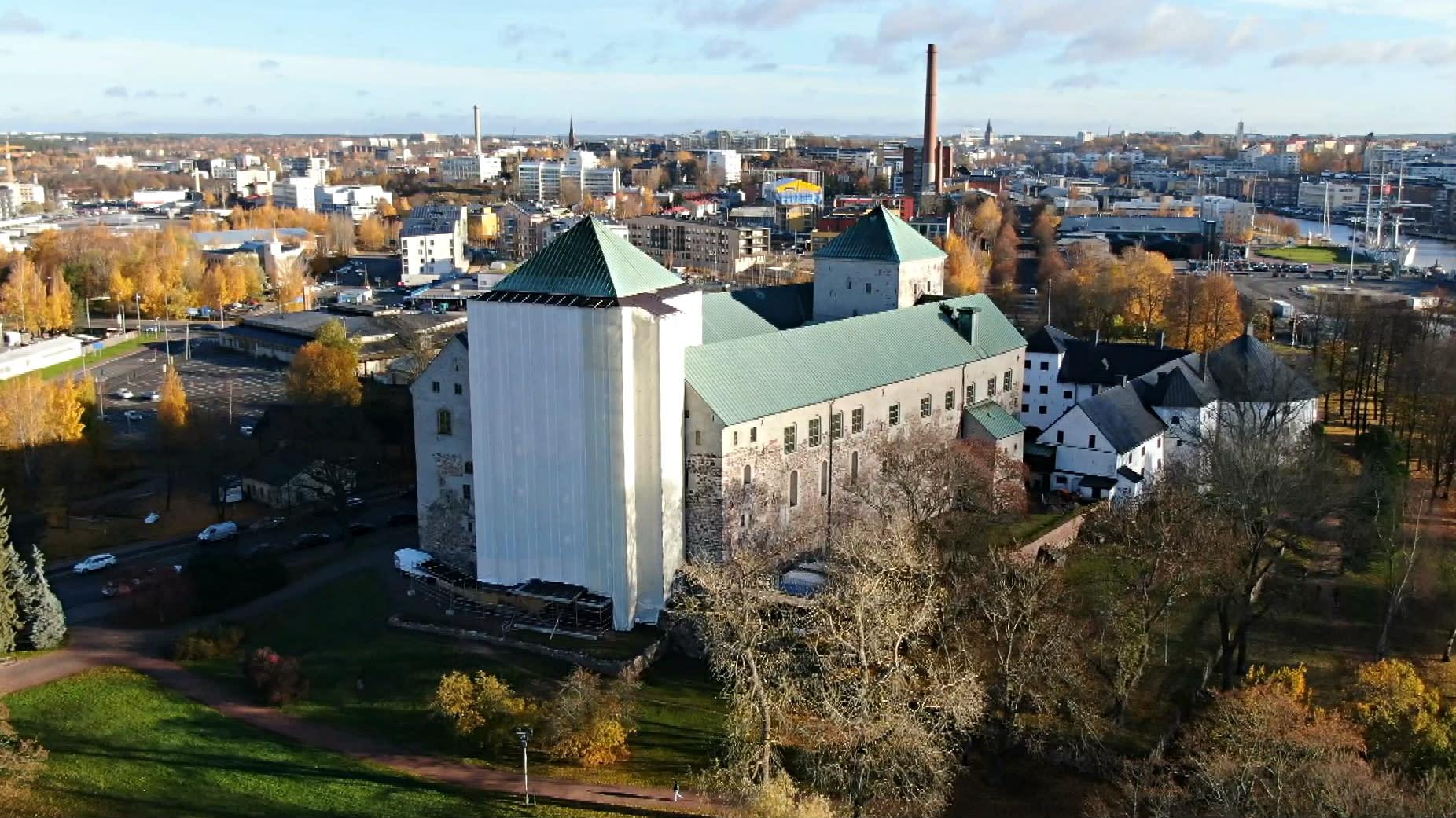 Åbo slott sett från luften. Det västra tornet är inpackat i vit plast för att repareras.