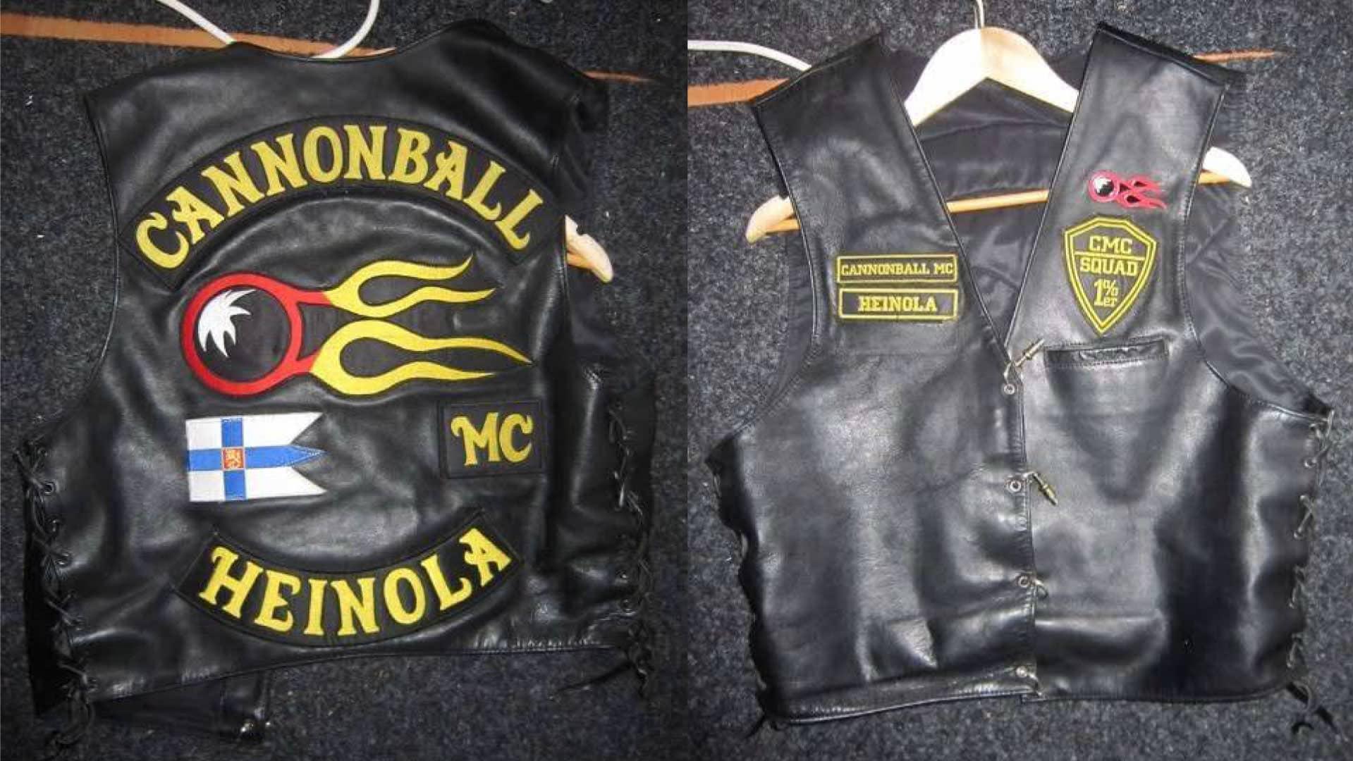 MC Cannonball -moottoripyöräkerhon liiveistä edestä ja takaa. Liivit on mustaa nahkaa ja niihin on ommeltu keltavärisiä tekstejä.