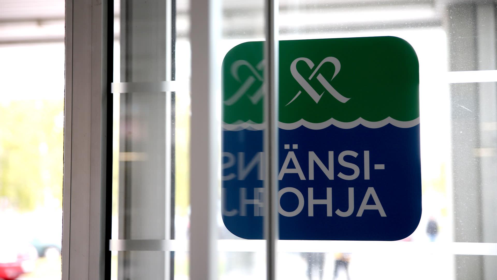 Länsi-Pohjan keskussairaalan ovi, kyltissä teksti Mehiläinen Länsi-Pohja