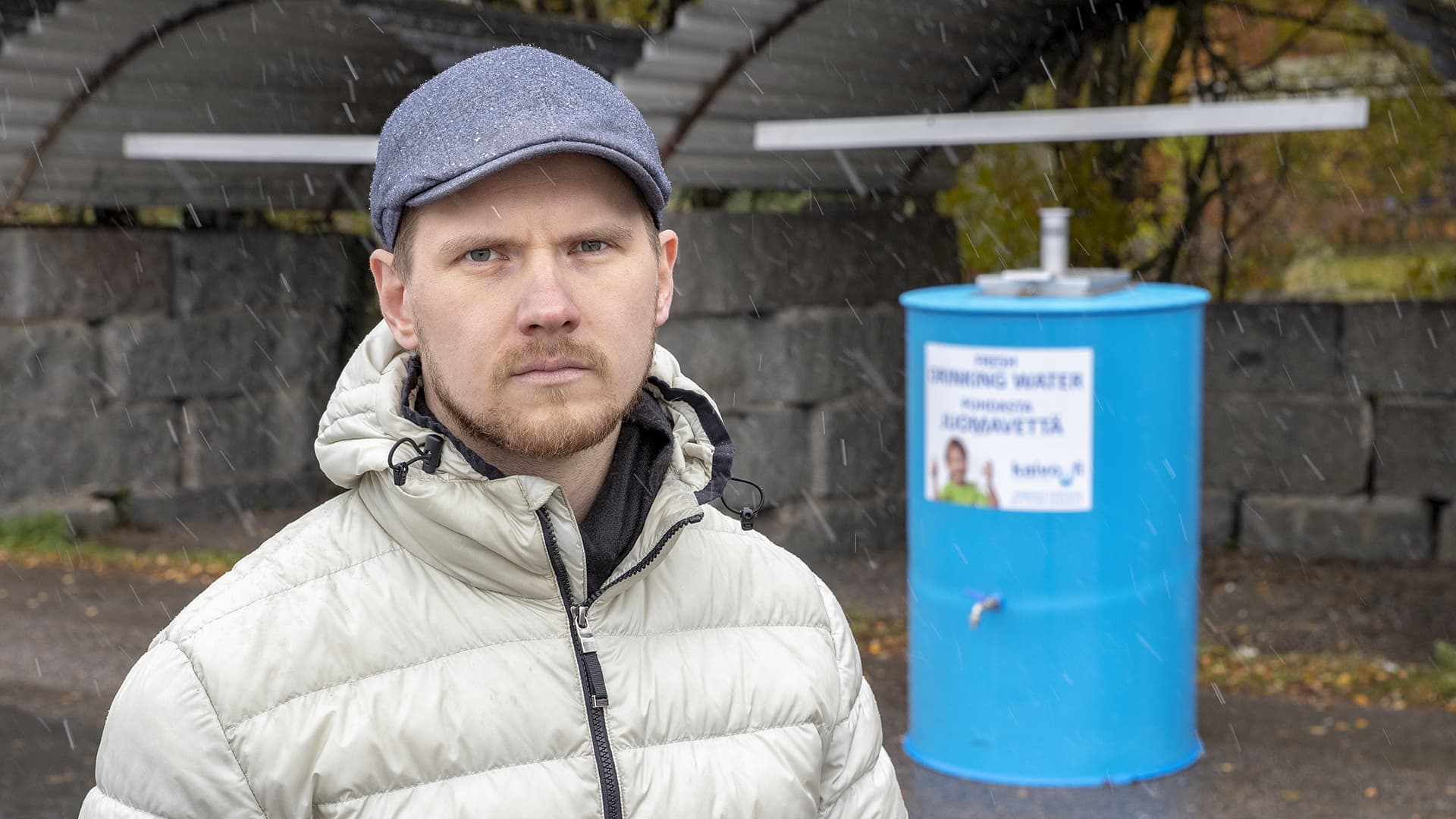 Kunnanjohtaja Eero Vainio seisoo Petäjävedellä kadulla olevalla vesipisteellä.