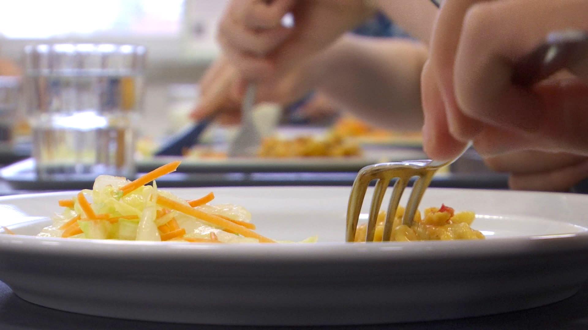 Pieni annos koululaisen lautasella.