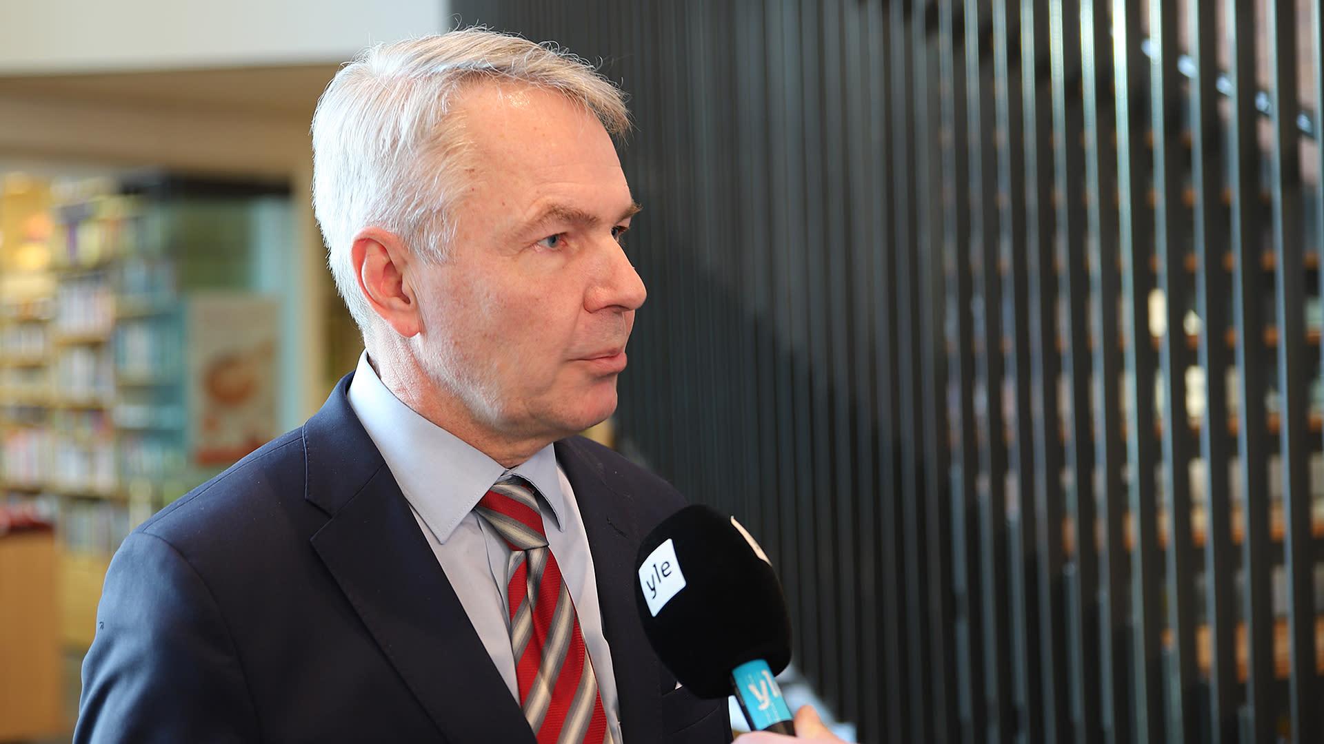 Ulkoministeri Pekka Haavisto (vihr.) Ylen haastattelussa saamelaiskulttuurikeskus Sajoksessa Inarissa