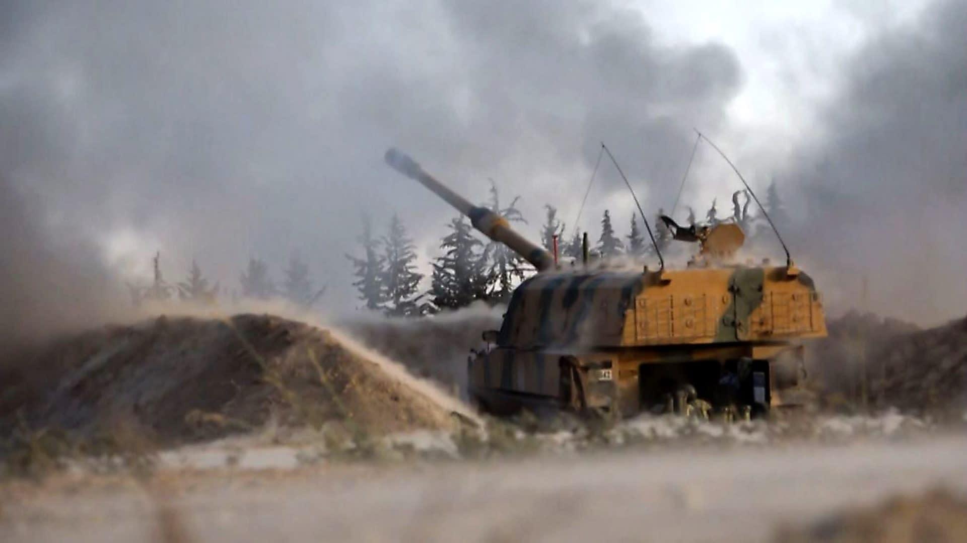 Turkkilainen tykki ampuu kohti Syyrian hallinnon joukkoja.