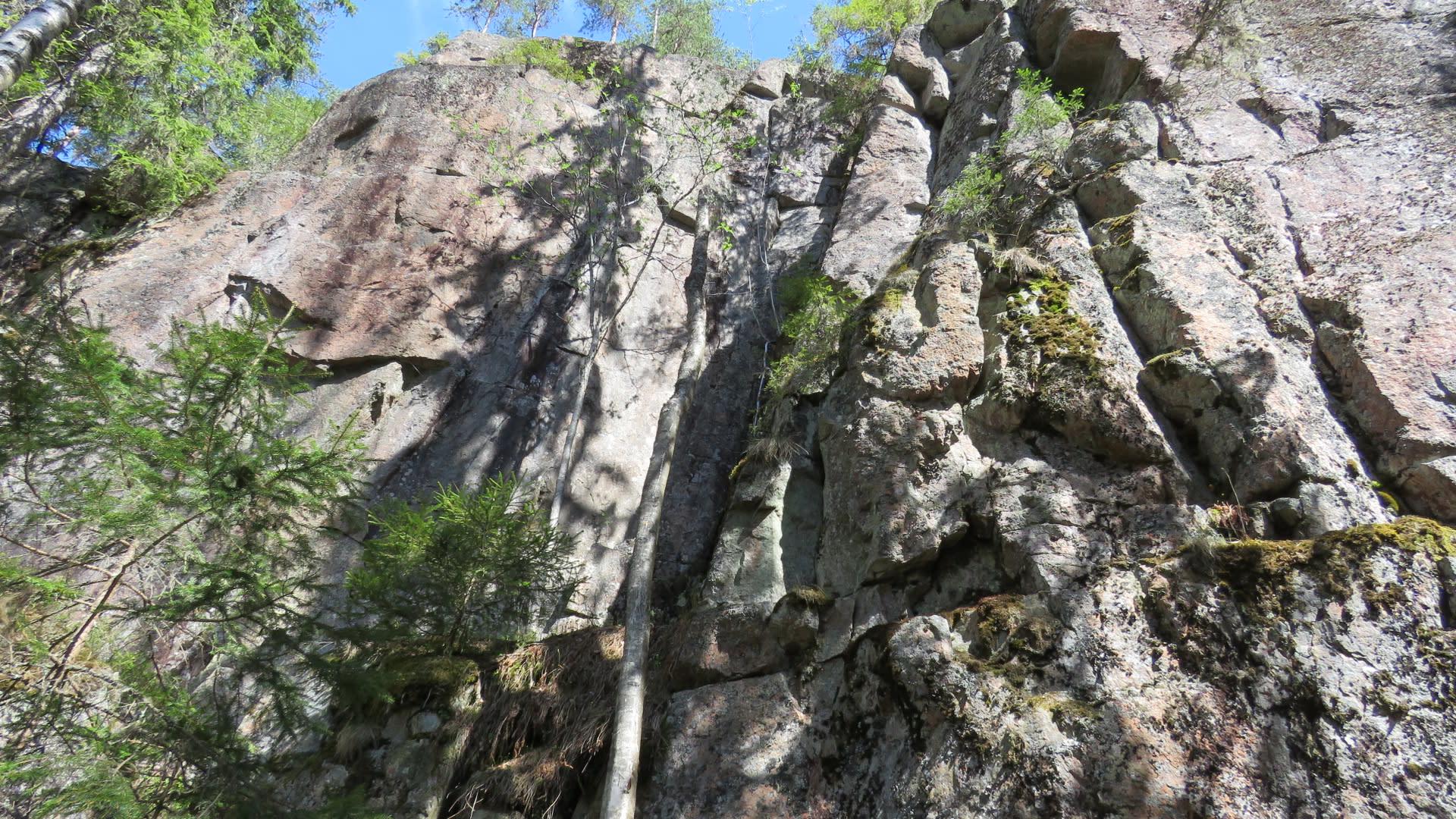 Helvetinkolu on Helvetinjärven kansallispuiston tunnetuin rotko.