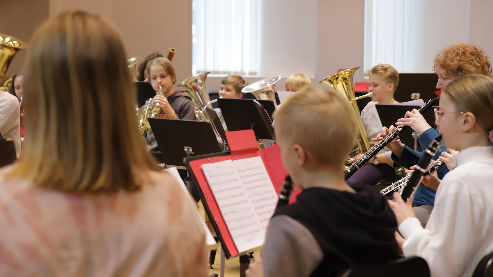 Musiikkiopiston puhallinorkesteri harjoittelee