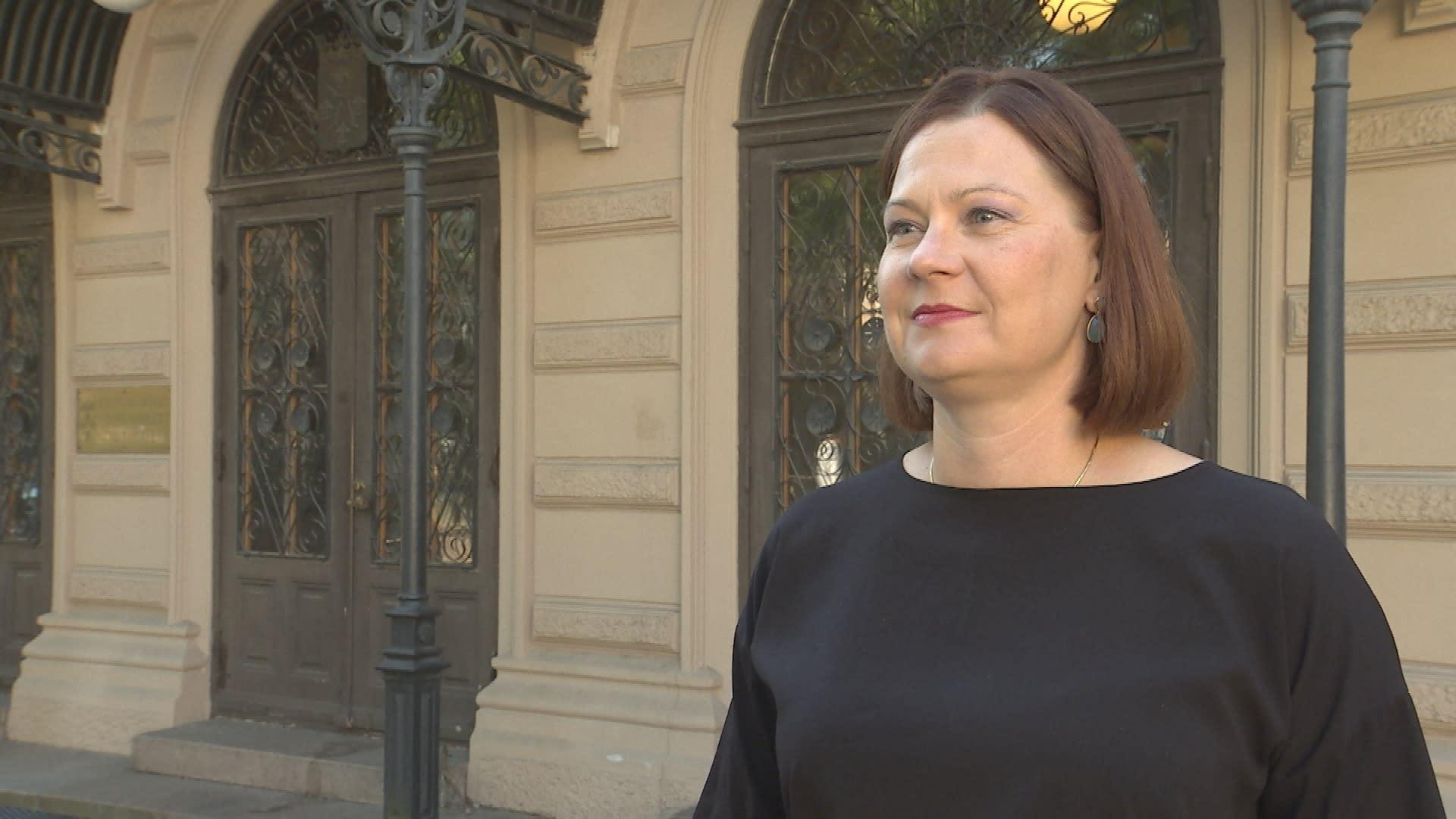 Minna Arve seisoo Turun kaupungintalon edessä.