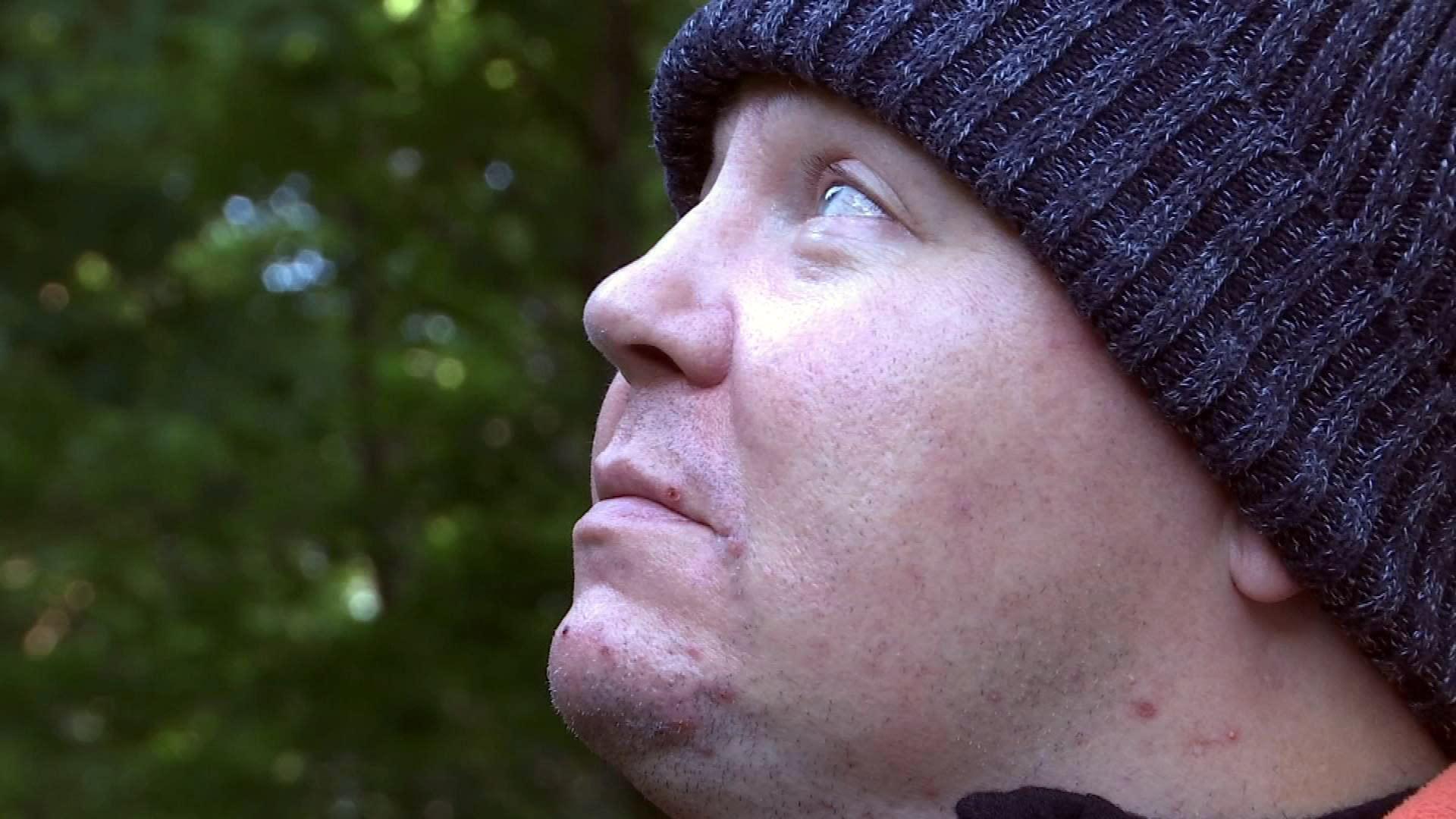 Jari Mönkkönen ulkona katsoo korkeuksiin.