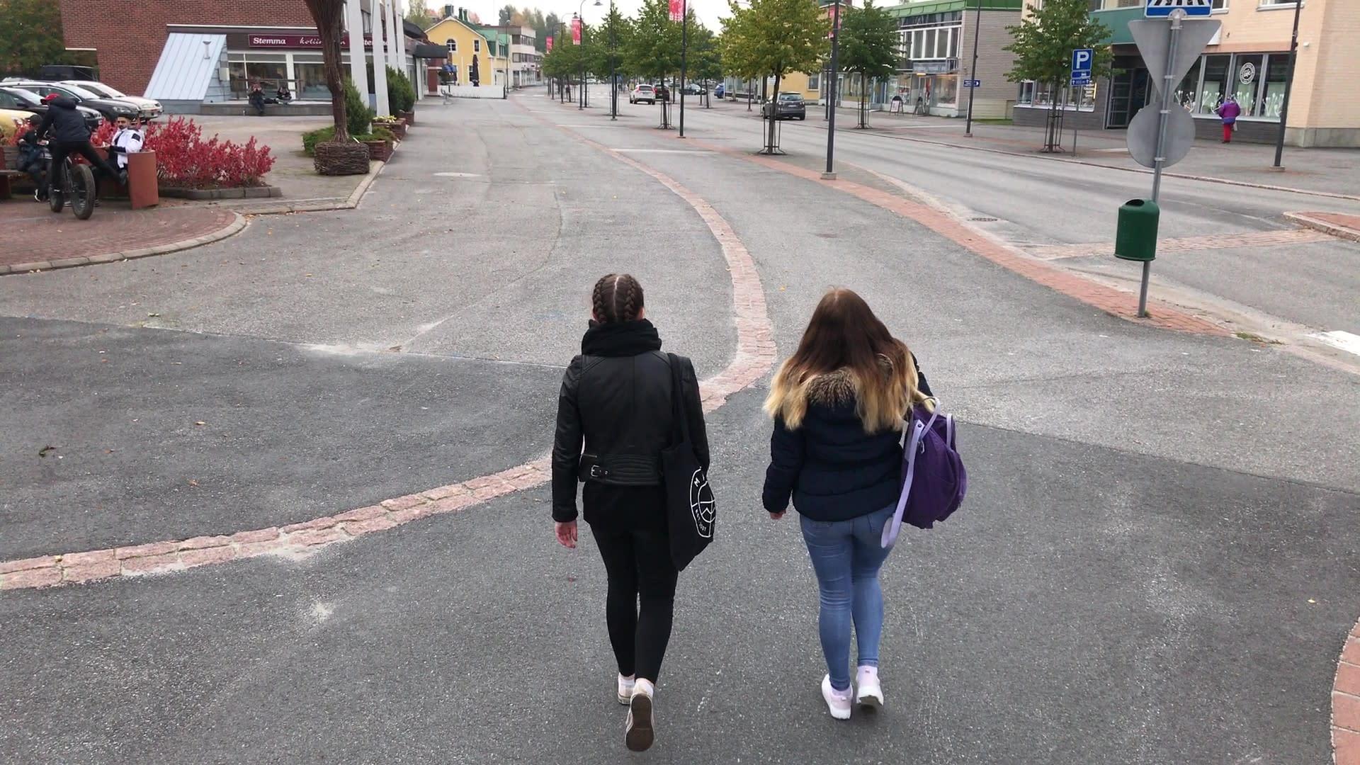 Sanni Taskinen ja Silja Pehkonen kävelevät Lieksassa.