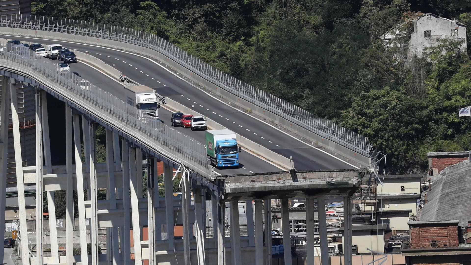 Hylättyjä ajoneuvoja Morandin sillalla Genovassa siltaturman jälkeen.