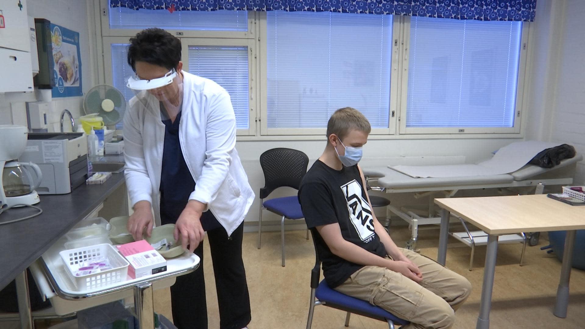Koululainen Roni Petranen istuu kouluterveydenhoitajan vastaanotolla saamassa HPV-rokotteen