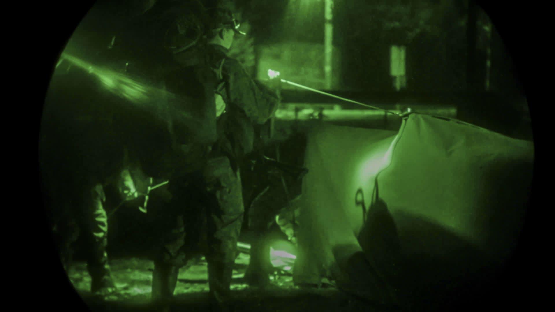 Majoituksen valmistelu eli teltan pystytys pimeässä.