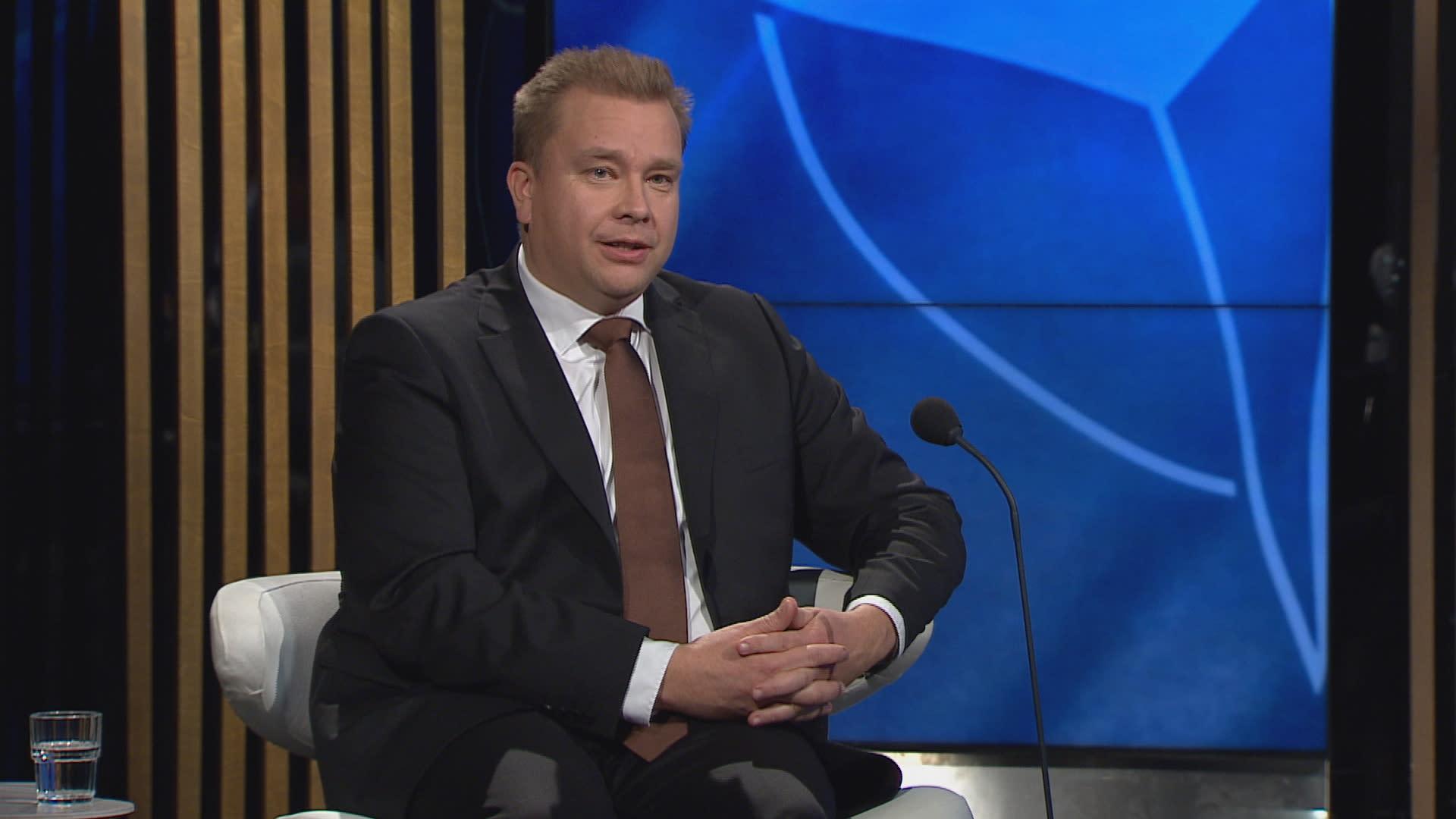 Puolustusministeri Antti Kaikkonen A-Talkissa.