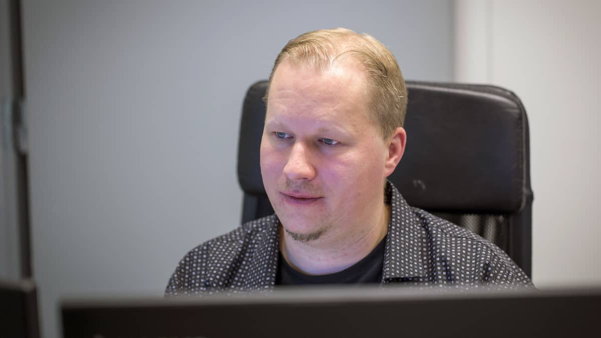 Juha Salander tietokoneen äärellä