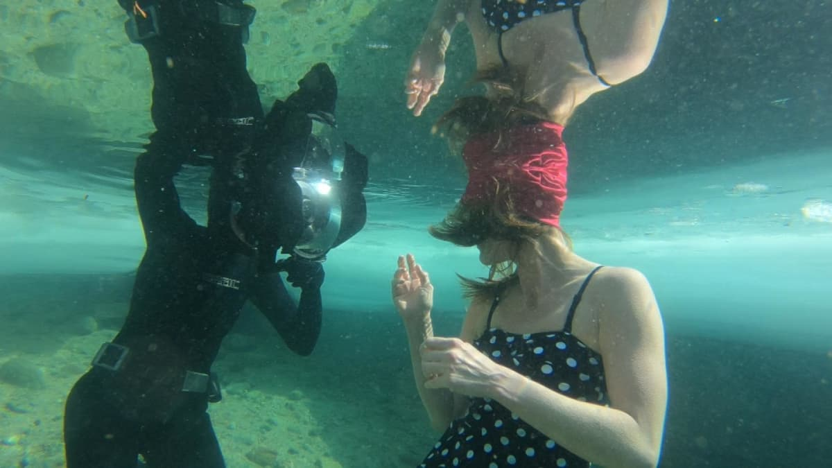 Elina Manninen kuvaa Johanna Nordbladia veden alla.