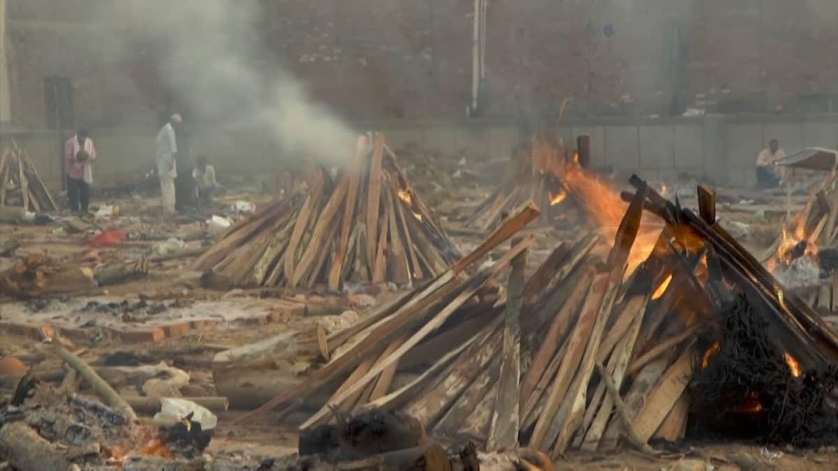 Eldar brinner i ett tillfälligt krematorium.
