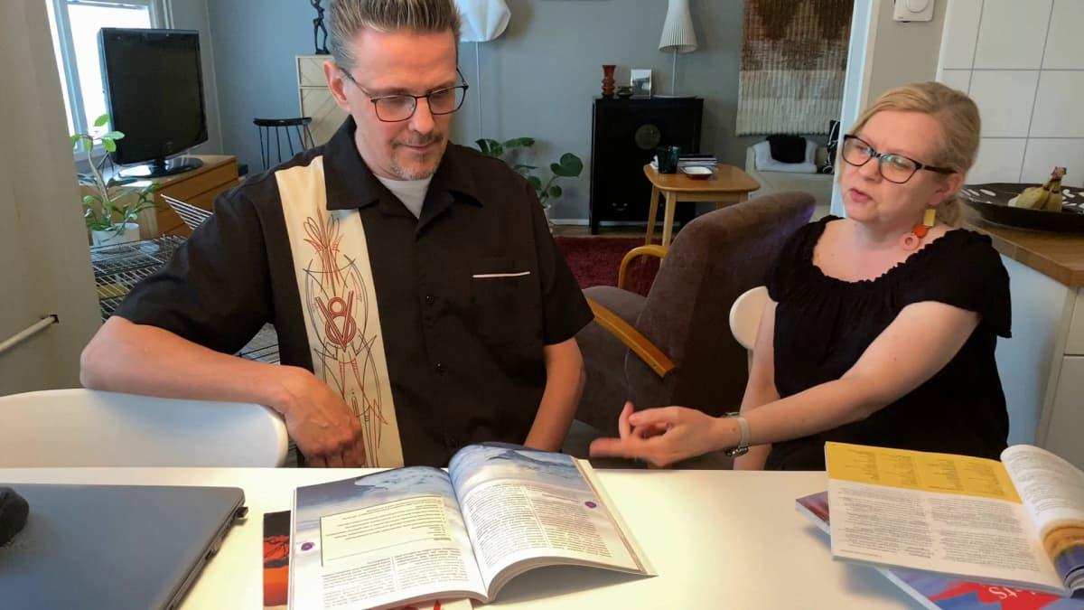 Elämänkokemus auttoi kirjoituksissa - Aviopari luki yhdessä itselleen valkolakit