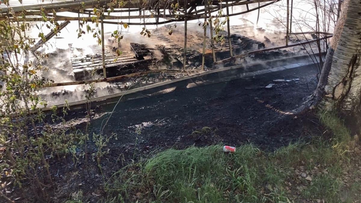 Palokunta sammutti uhkaavan tulipalon Rovaniemen keskuskentällä