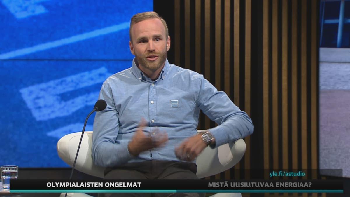 Entinen olympiapikaluistelija Mika Poutala A-studiossa.