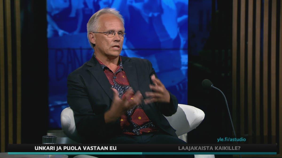 Yliopistonlehtori Heino Nyyssönen Turun yliopistosta A-studiossa.