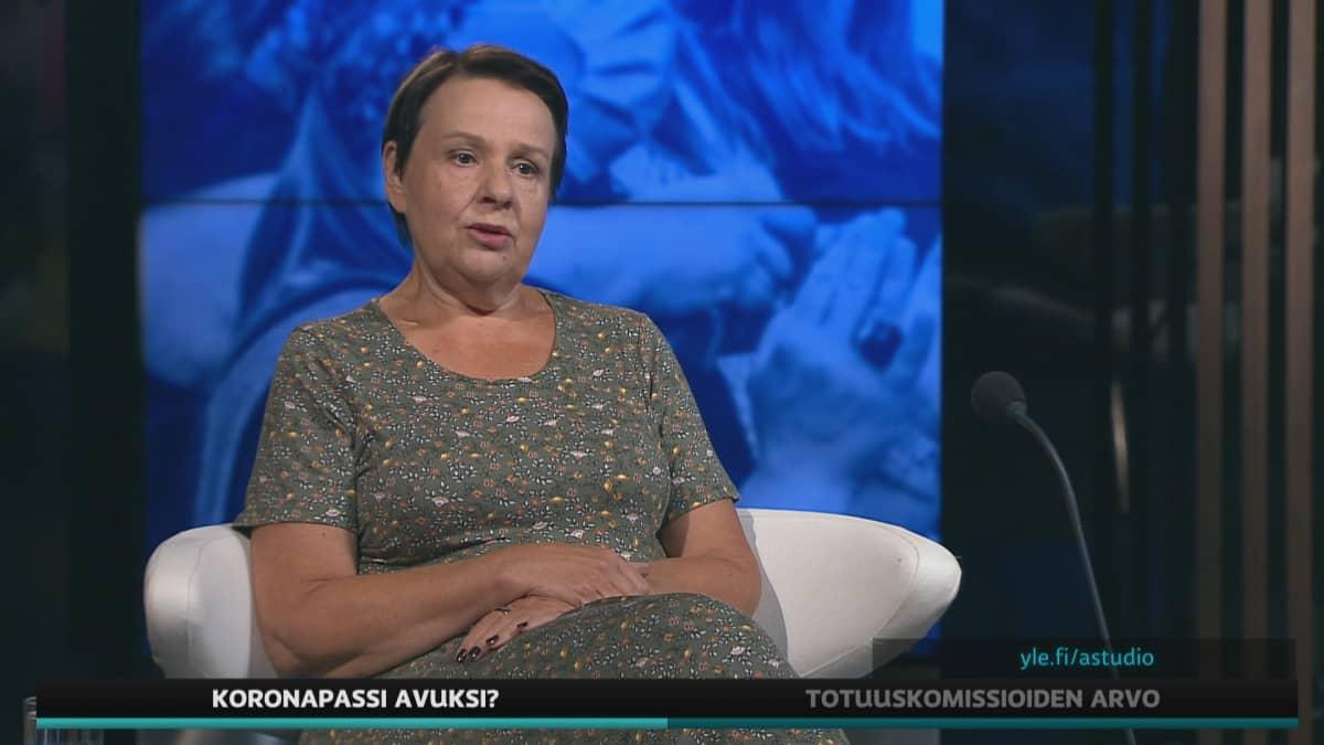 STM:n kansliapäällikkö Kirsi Varhila A-studiossa.