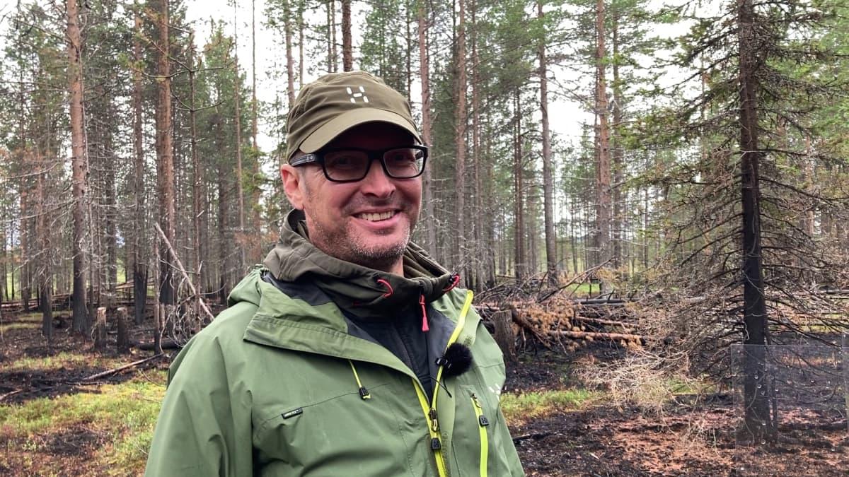 Eerikki Rundgren on kokemassa hyönteispyydyksiä.