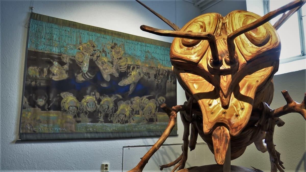 Luonto- ja taidevalokuvaajien yhteistyönä syntyneessä Kenen luonto? -näyttelyssä on esillä töitä 22 taiteilijalta. Video: Paulus Markkula / Yle