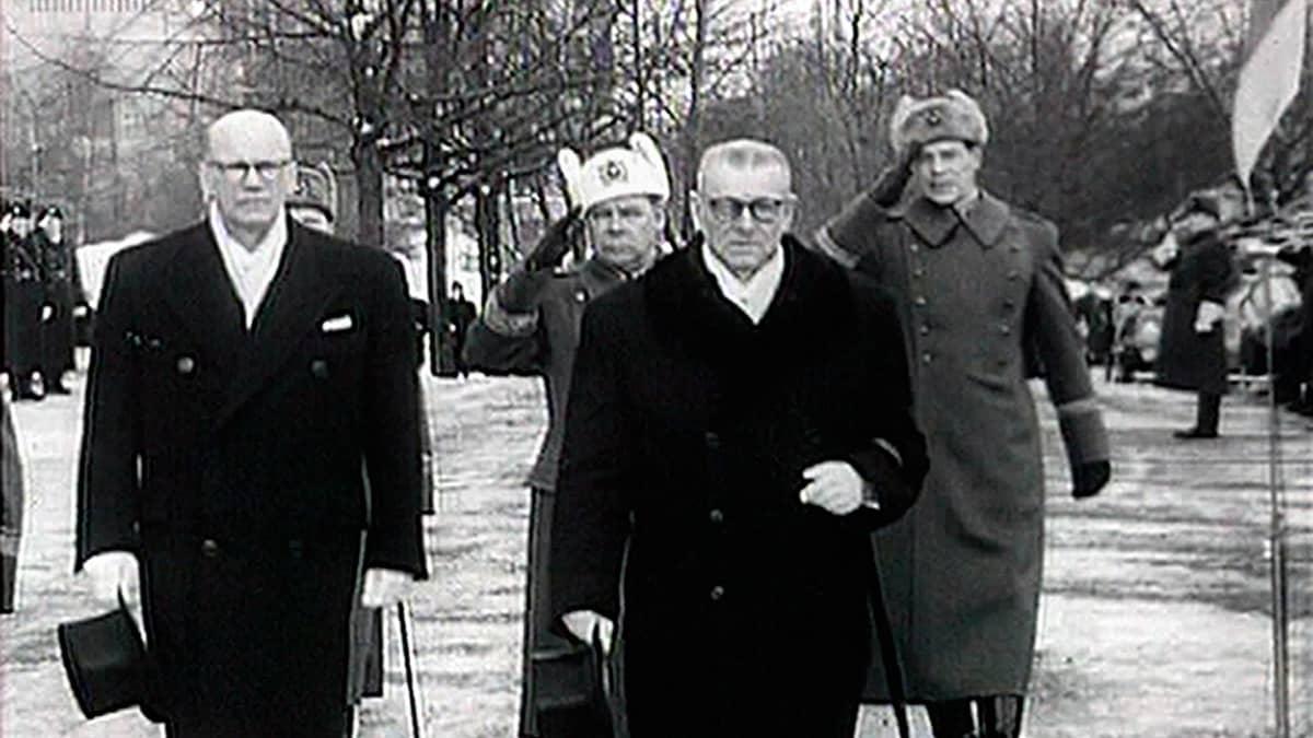 Urho Kekkonen ja Paasikivi paraatissa.
