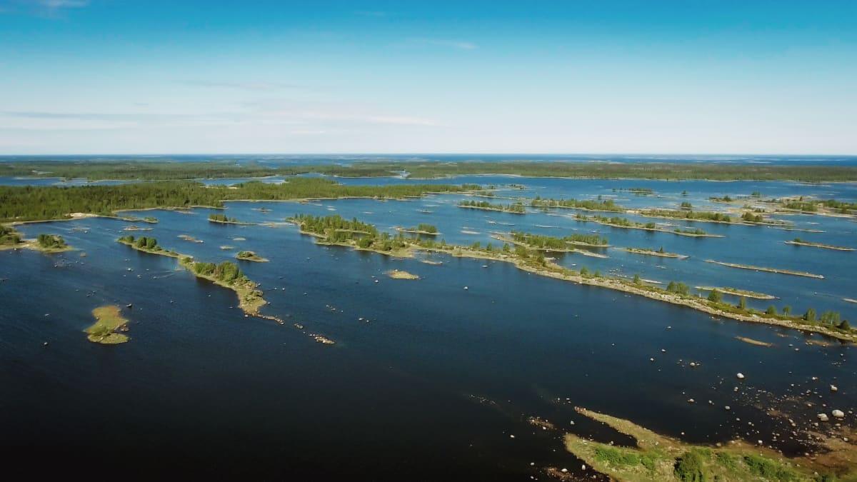 Kvarken en solig och vindstilla dag med dess öar och havet.