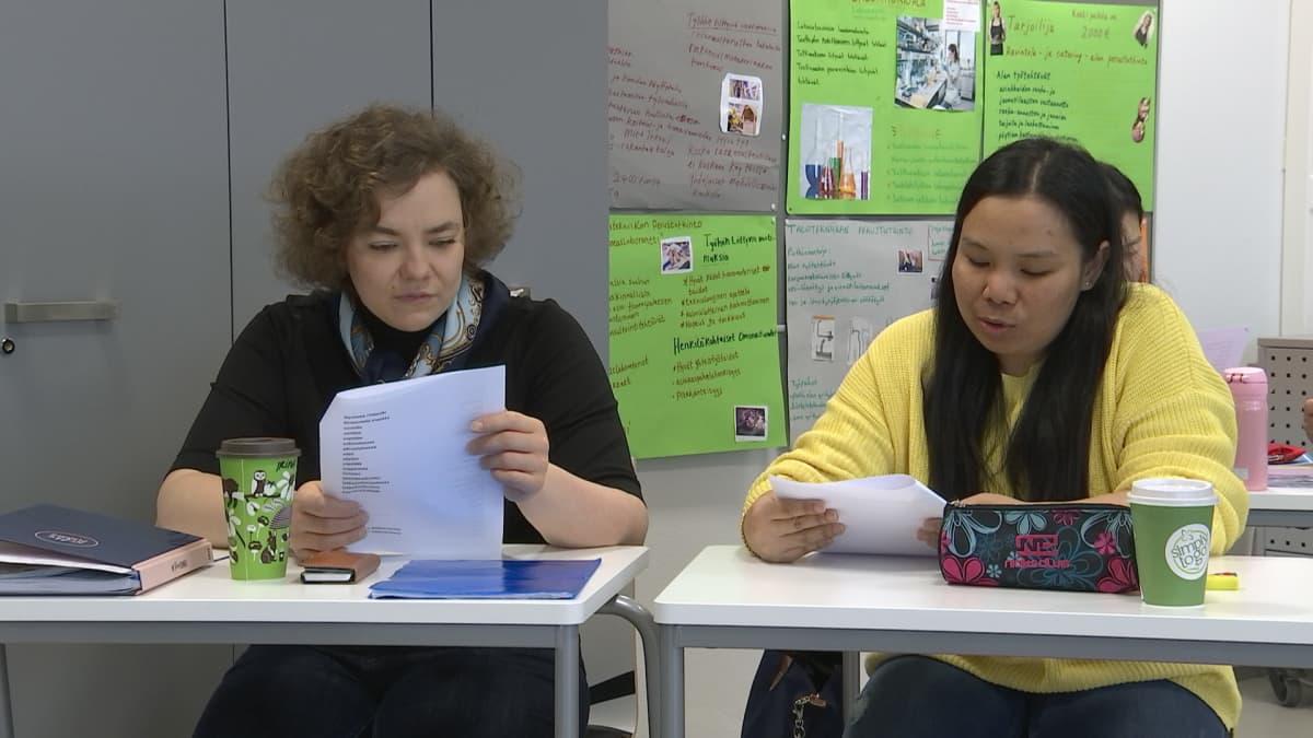 Kaksi opiskelijaa Stadin ammattiopiston VALMA-koulutuksessa.