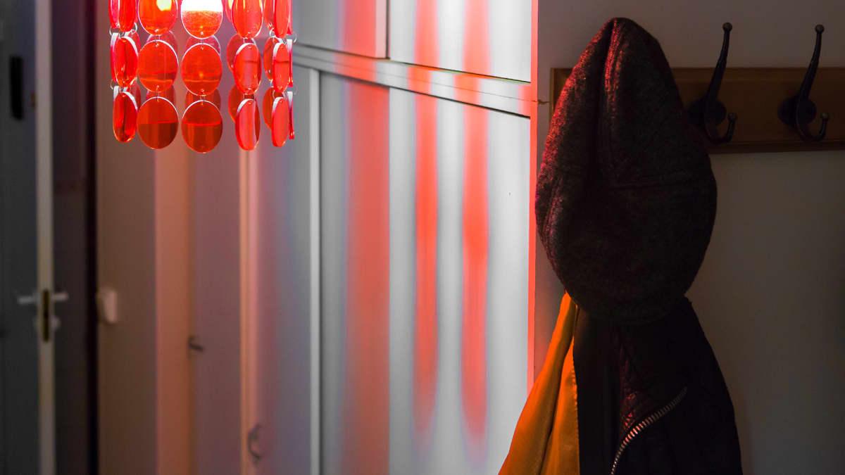 Röd lampa och rock på hängare.