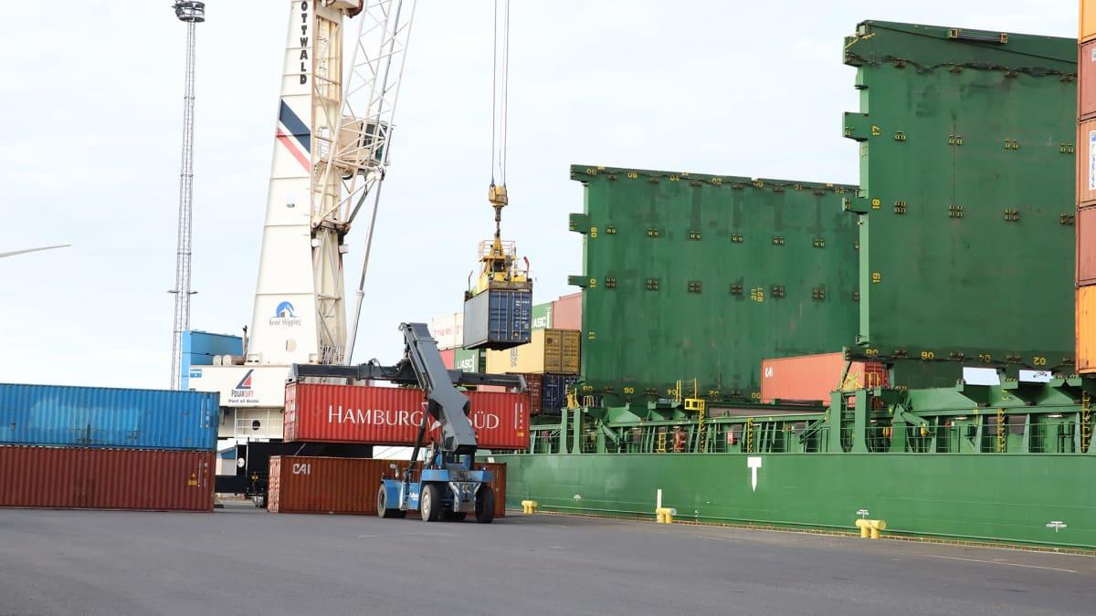Laivaan lastataan kontteja Ajoksen satamassa.